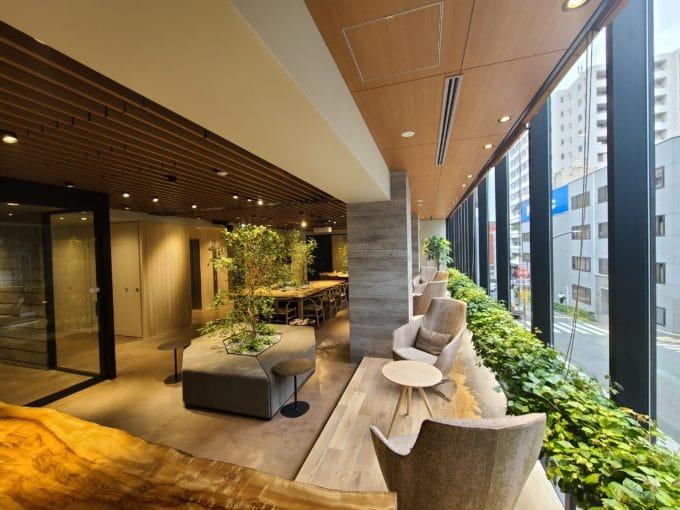 "H1O渋谷区神南エントランス 新しい オフィス様式、 はじまります。 ""ヒューマンファースト""をコンセプトに、一人ひとりの働きやすさを考え抜いた少人数向けオフィスです。安心の多重セキュリティ。きめ細やかなレセプションサービス。個別空調や豊かなグリーンなど、人が心地よく働けるためのデザインを徹底。これからの時代のクオリティ・スモールオフィス"